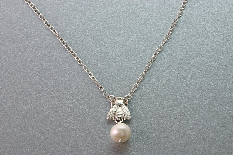 SILVER BEE NECKLACE WITH A PEARL